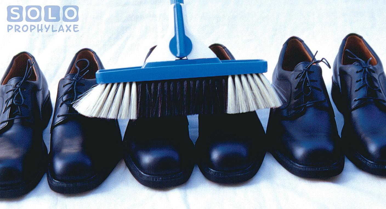 Plakat Soloprophylaxe, ein Besen putzt Schuhe